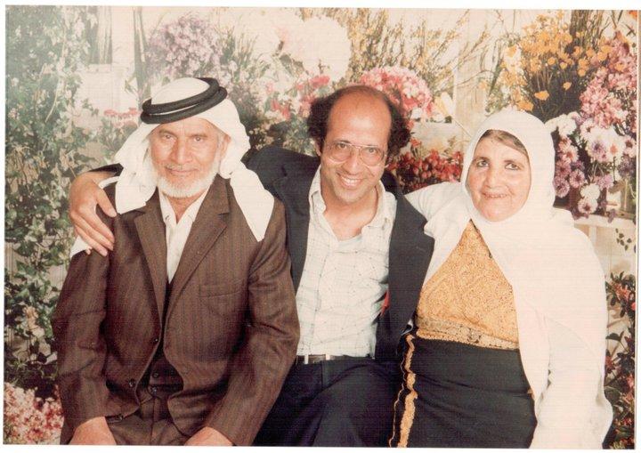 أحنُّ إلى أمي وأبي…….. وقهوة أُمي والجلوس مع أبي ولمسة أُبي وحنان أمي …